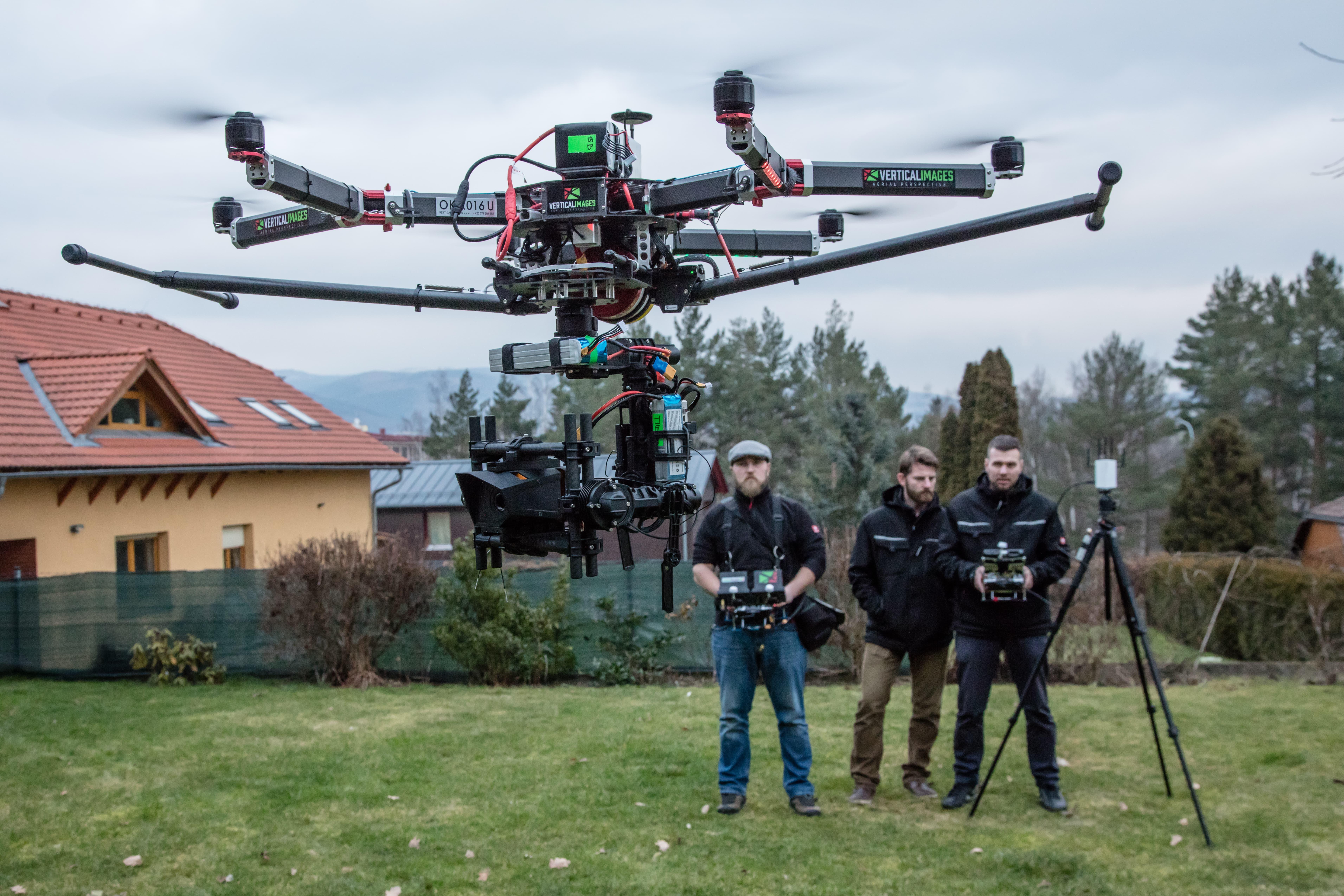 Termovizní systém Workswell WIRIS na dronu společnosti Vertical Images, která využívá termovizní systém Workswell WIRIS a poskytuje tak velmi unikátní balíček služeb pro zákazníky v průmyslu, zemědělství, ekologie apod.