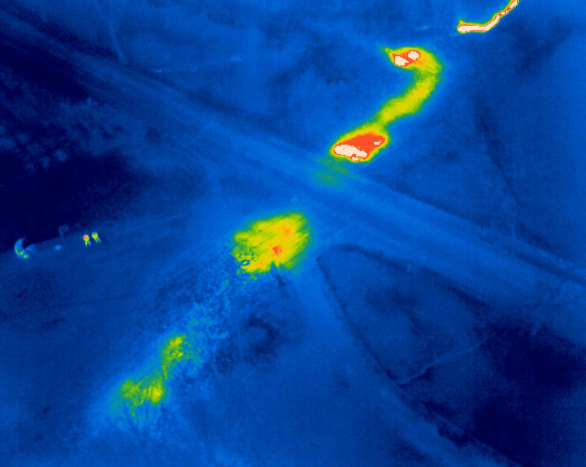 Snímek z termovizního systému Workswell WIRIS pomohl lokalizovat místo na teplovodu, kde je prasklina a voda vytéka do okolní půdy. Přestože je teplovod více než metr pod zemí, je místo závady velmy jasně a přesně lokalizovatelné.